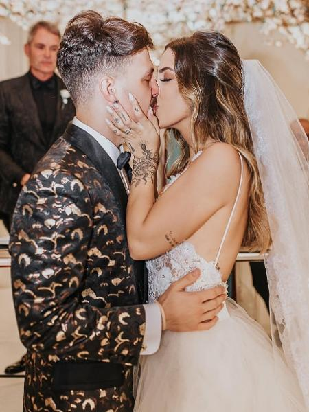 Saulo Poncio e Gabi Brandt trocam alianças e se beijam no altar - Reprodução/Instagram