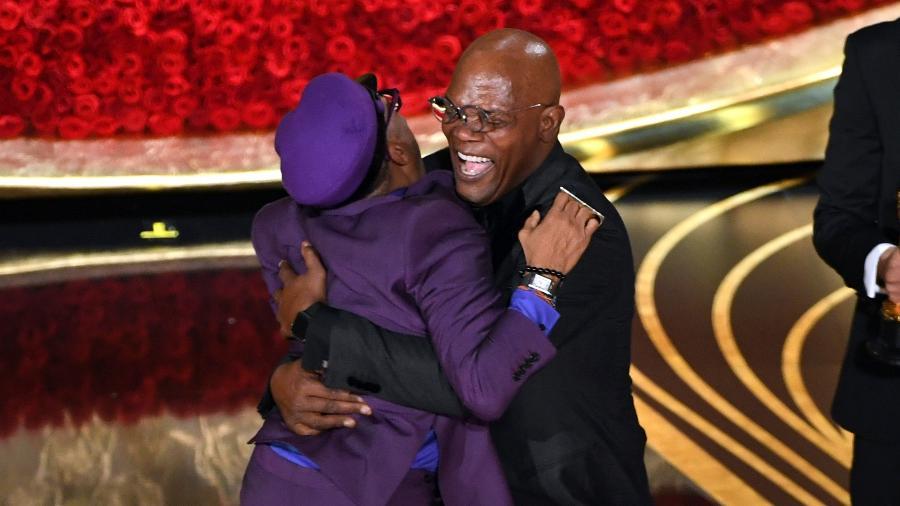 """Spike Lee pula no colo de Samuel L. Jackson ao ganhar o Oscar de melhor roteiro por """"Infiltrado na Klan"""" - Kevin Winter/Getty Images"""