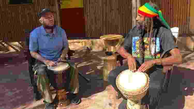 Por meio de música e comida, Giles se conecta com a cultura local - The Travel Show, BBC News