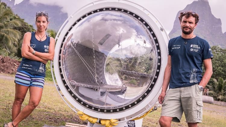 Emmanuelle e Ghislain com a cápsula que criaram para desbravar as águas geladas: até 72 horas submersos - Franck Gazzola/Under The Pole/Zeppelin Network