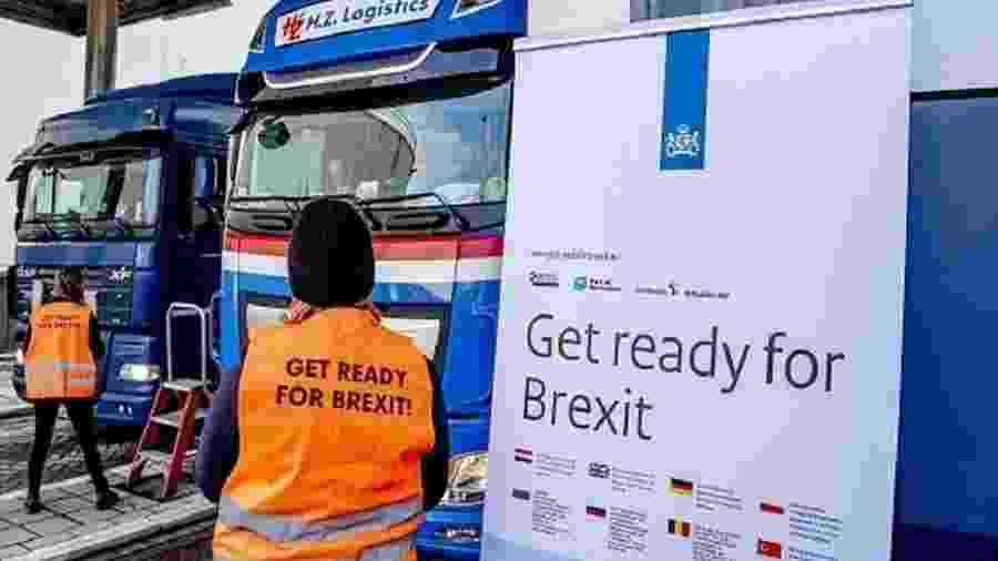 Motoristas sendo alertados para impactos do Brexit no terminal de Rotterdam, na Holanda; transportar produtos como carnes e laticínios para consumo pessoal passa a ser proibido - Getty Images