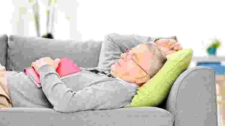 Idoso dormindo; dormir, cochilar, soneca - iStock - iStock