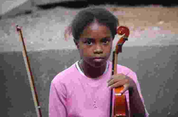Kely Pinheiro ainda criança, quando começou a tocar na Orquestra de Cordas da Grota - Arquivo pessoal - Arquivo pessoal
