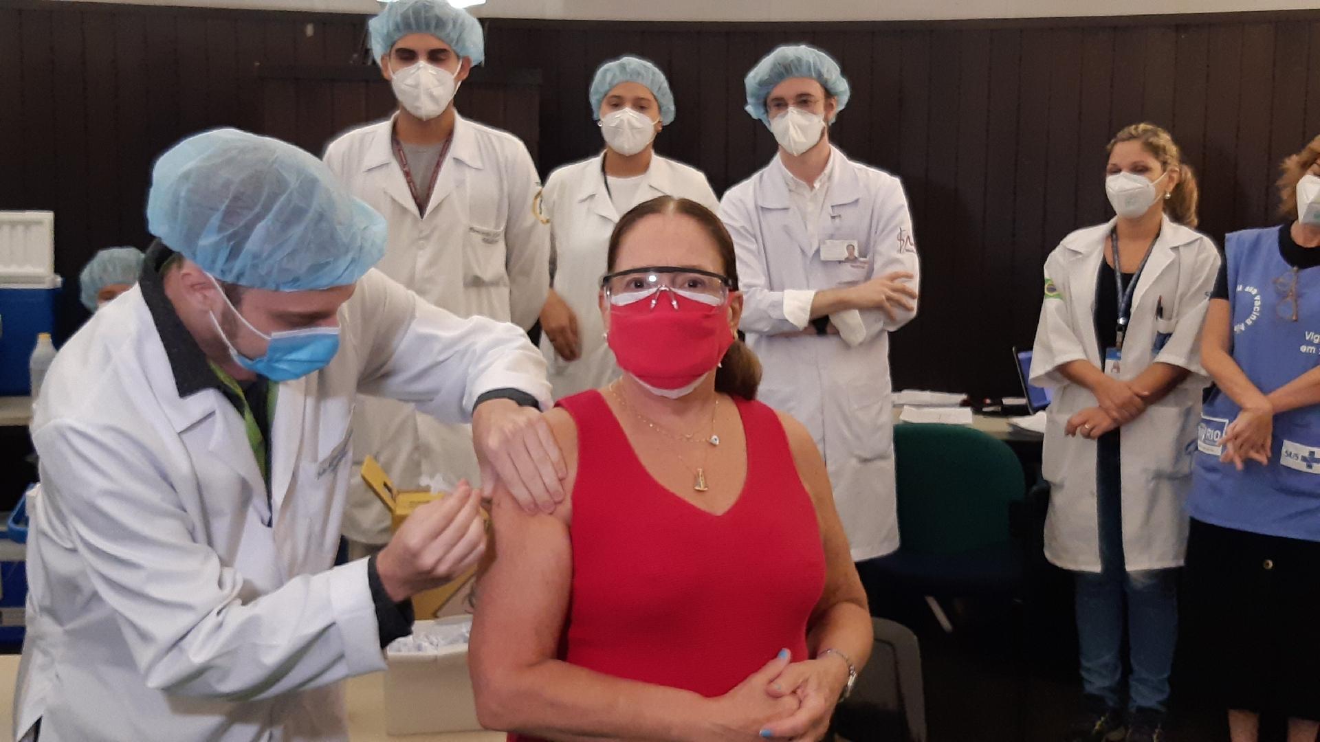Susana Vieira recebendo 2ª dose da vacina contra covid-19 - Daniel Delmiro e Rodrigo Adão/AgNews