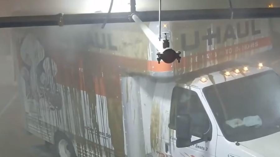 Caminhão destrói cano em garagem - Reprodução