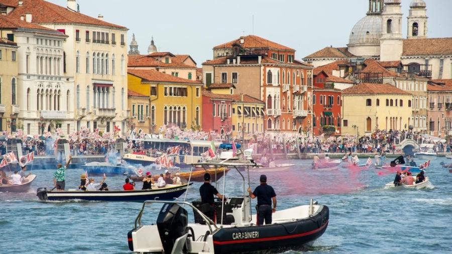 Em junho, manifestantes protestaram a chegada de cruzeiros à lagoa de Veneza apesar da proibição de entrada desses navios na área histórica - Luca Zanon/Awakening/Getty Images