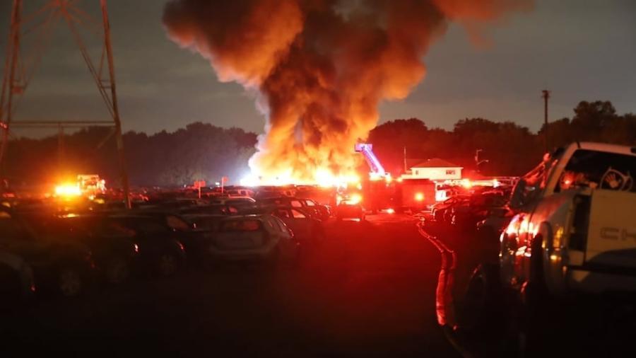Incêndio em pátio de carros para leilão nos EUA - Reprodução
