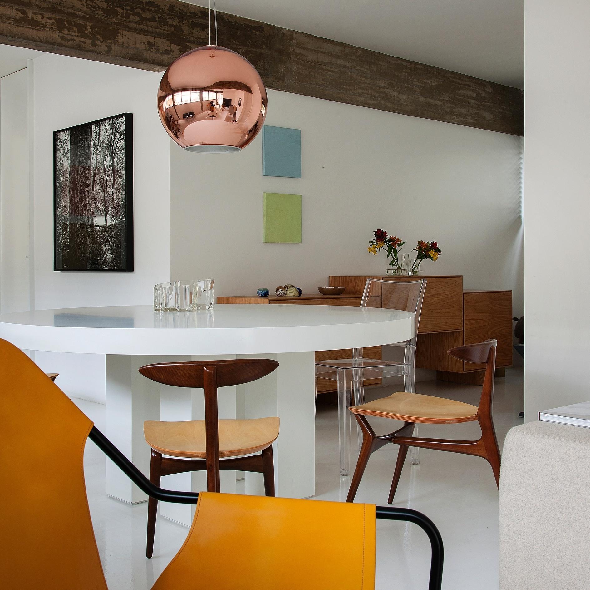A mesa Lua, para jantar, tem design do próprio arquiteto Marcos Bertoldi, que projeta a reforma da residência no Itaim, em São Paulo: em madeira, ela tem acabamento em laca brilhante (tampo) e madeira texturizada (pés). Para ela, foram escolhidas cadeiras de três pés que remontam ao estilo