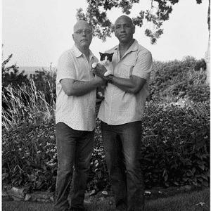 """Para tirar o foco da diferença racial entre o casal, a fotógrafa Donna Pinckley optou por fotografá-los em preto e branco. """"Olha você, roubando mais um dos nossos bons homens negros"""", ouviu o casal da fotografia - Reprodução/Donna Pinckley"""