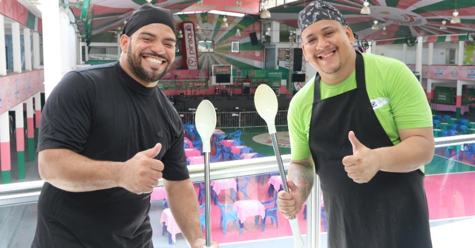 Os chefs Raul César e Bruno que preparam as feijoadas servidas na quadra da Mangueira no Rio de Janeiro
