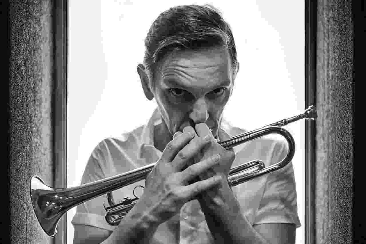"""Em sua estreia no teatro, Paulo Miklos vive o lendário músico de jazz Chet Baker na peça """"Chet Baker - Apenas Um Sopro"""". """"Ser ator foi uma extensão do intérprete que já era na música"""", avalia o artista, que ainda segue carreira com a banda Titãs - Victor Iemini"""