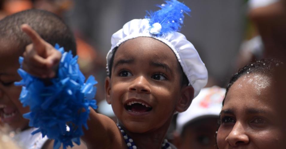 6.fev.2016 - Pequeno folião se veste de Filhos de Gandhy durante a passagem do trio Algodão Doce no circuito Campo Grande, em Salvador