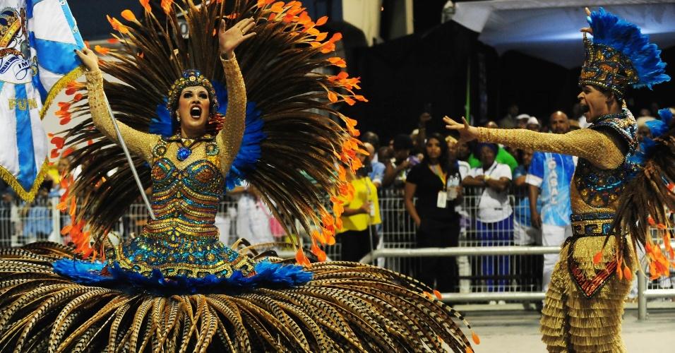7.fev.2016 - Casal de porta-bandeira e mestre-sala se apresentam no desfile do Império de Casa Verde, segunda escola a entrar na madrugada deste domingo