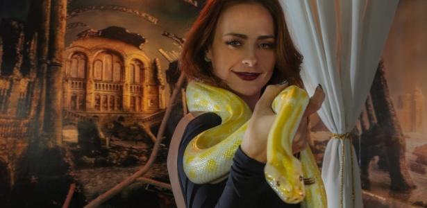 """Para viver Kalési em """"Terra Prometida"""", Juliana Silveira precisou aprender a lidar com serpentes reais   - Marco Antonio Teixeira/UOL"""