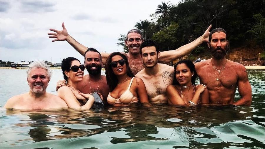 Anitta toma banho de mar com Pedro Almodóvar e outros amigos na praia do Loreto, na Bahia - Reprodução/Instagram/paulalavigne
