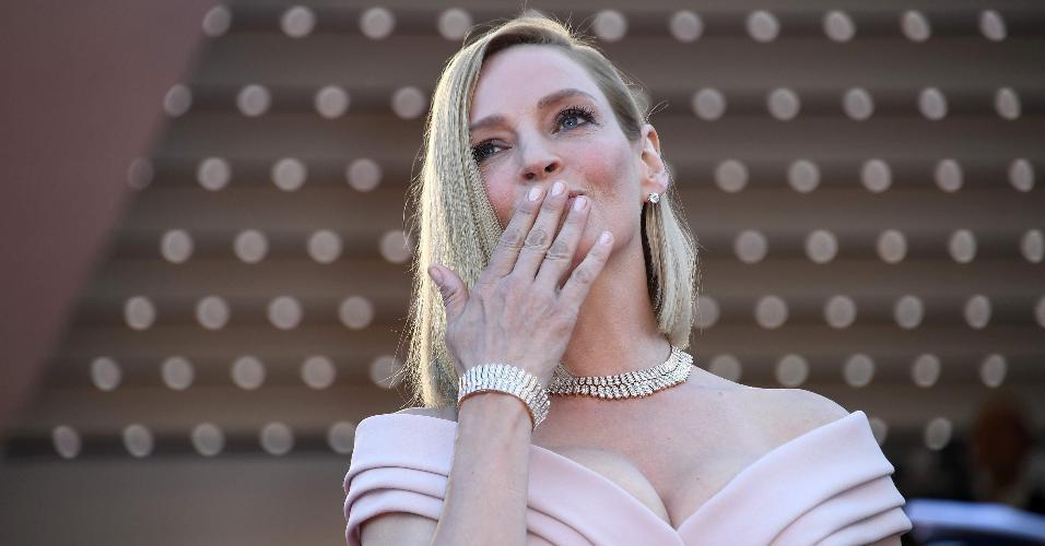 """Uma Thurman manda beijos ao chegar no Festival de Cannes. A atriz é presidente do júri da mostra """"Um Certo Olhar"""""""