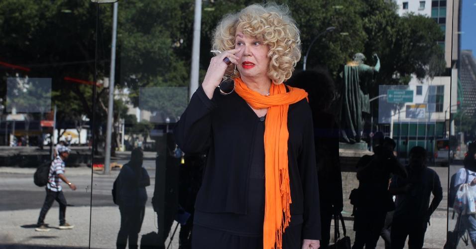 Jane di Castro vai ao velório de Rogéria para se despedir da atriz, que morreu na segunda-feira após uma infecção urinária