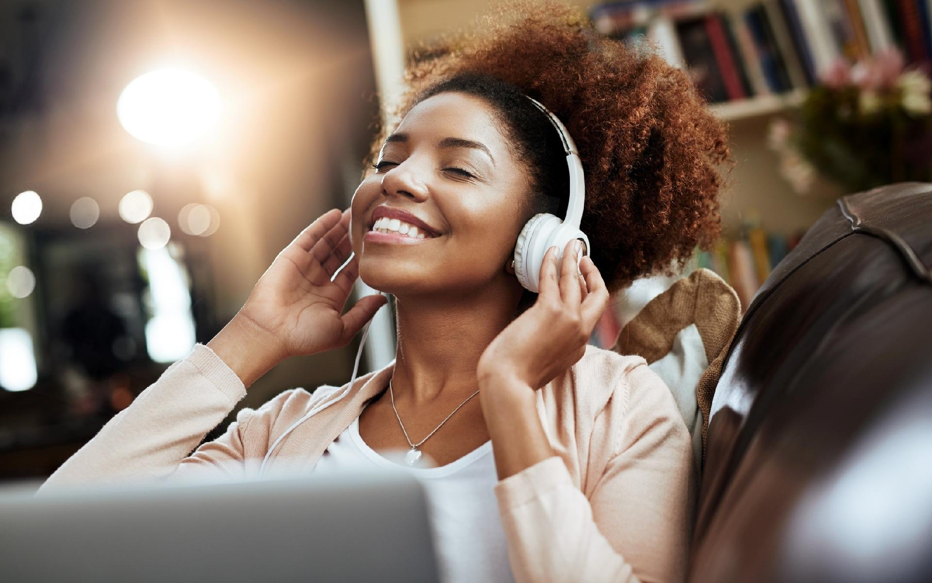 mulher ouvindo musica 1511535013801 v2 1920x1201 - MELHORES PODCASTS #031