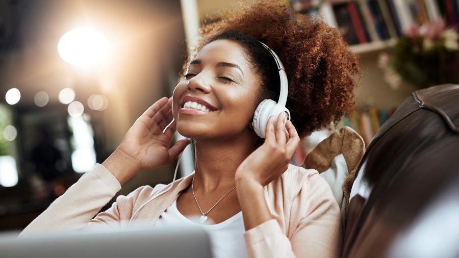 Uma música ?de fundo? pode ajudar a relaxar, porque neutraliza estímulos externos, aumentando a sua concentração - Getty Images