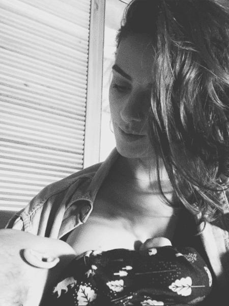 Monica Benini amamenta o filho Otto - Reprodução/Instagram