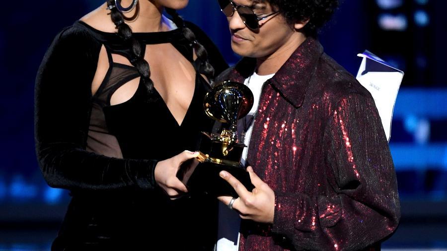 Alicia Keys entrega prêmio de gravação do ano para Bruno Mars no Grammy 2018 - Getty Images