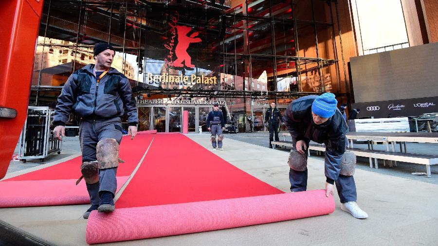 Funcionários montam o tapete vermelho para a edição 2018 do Festival de Berlim - Tobias Schwarz/AFP Photo