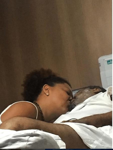 Arlindo Cruz com a mulher, Bárbara, no hospital - Reprodução/Instagram