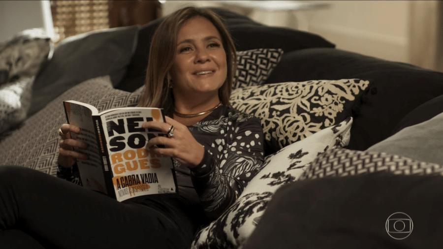 Laureta (Adriana Esteves) mostra que é culta e aparece lendo Nelson Rodrigues - Reprodução/Globo