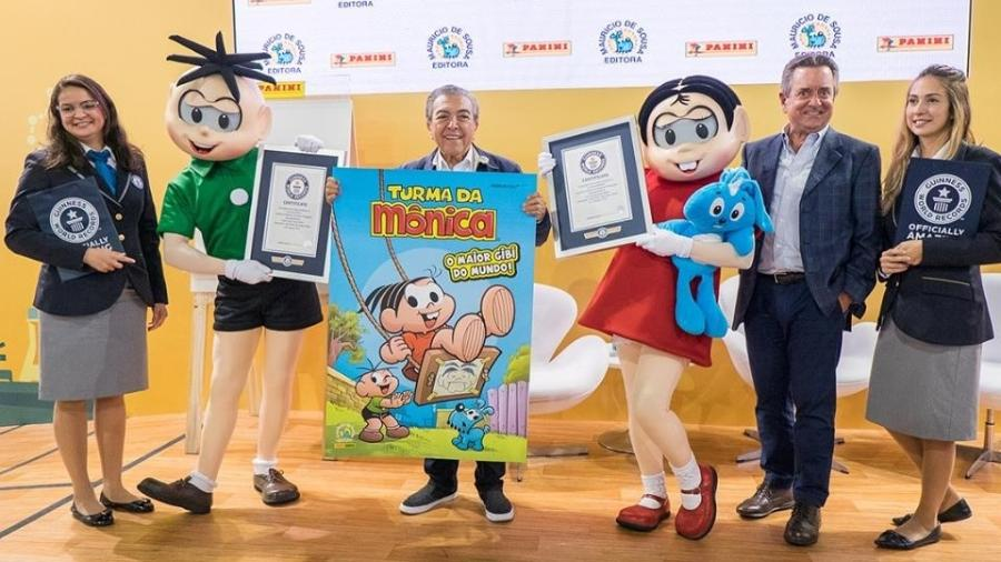 Mauricio de Sousa segura o maior gibi do mundo e recebe o certificado de inclusão no Livro dos Recordes - Divulgação