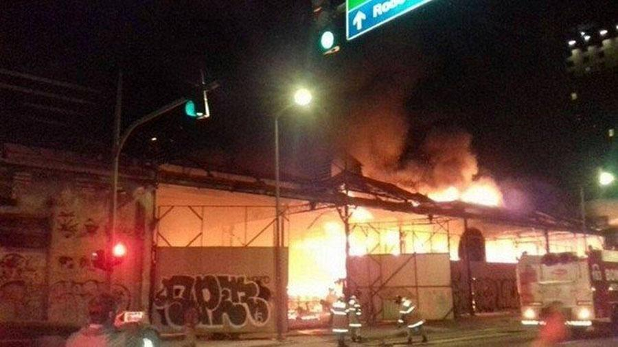 Incêndio atinge o barracão da Porto da Pedra, no Rio de Janeiro - Reprodução/YouTube