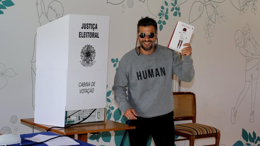 """Bruno Gagliasso leva o livro """"O Ódio que Você Semeia"""" para cabina de votação - AgNews"""