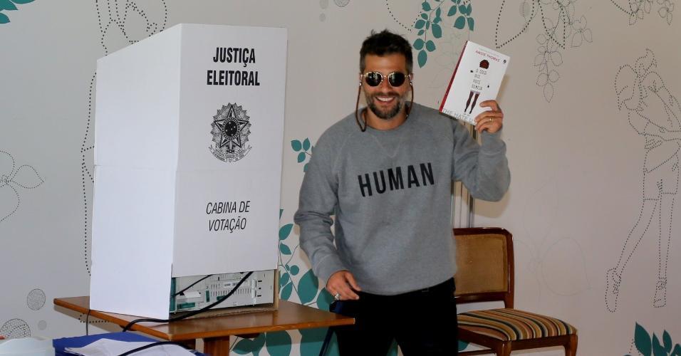 """Bruno Gagliasso leva o livro """"O Ódio que Você Semeia"""" para cabina de votação"""