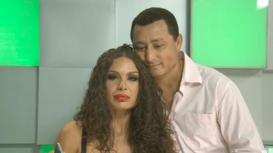 Fernanda Lacerda e seu pai durante entrevista com Flávia Viana - Reprodução/Youtube