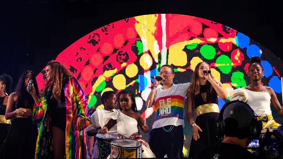 """Daniela Mercury durante apresentação no Festival Virada Salvador com Maria Gadú com camiseta """"Ele, Não!"""" - João Alvarez /UOL"""