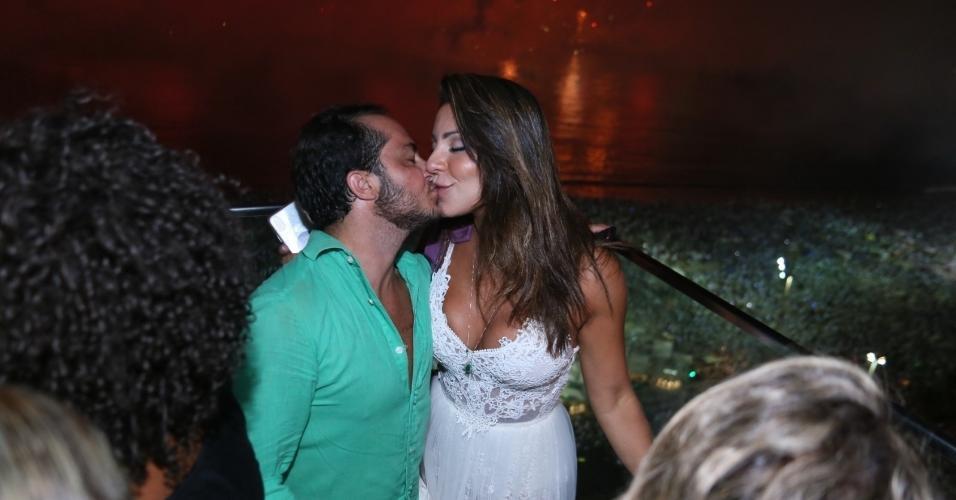 Thammy Miranda e Andressa Ferreira, que estão com as bagagens prontas para passar um temporada no Estados Unidos, onde a modelo irá fazer uma inseminação artificial, pediram sorte e muito amor. Os dois trocaram muitos beijos durante a festa
