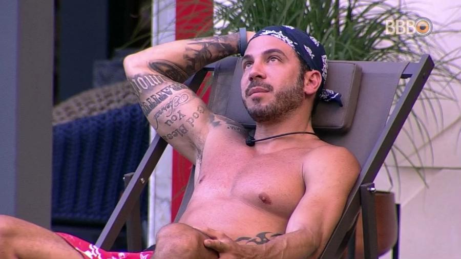 Gustavo conversa com Alan na área externa da casa - Reprodução/GloboPlay