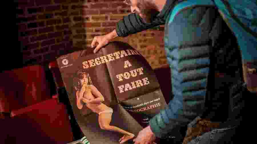 Homem observa pôster do Beverley durante o evento que marcou o fechamento do cinema - Stephane de Sakutin/AFP