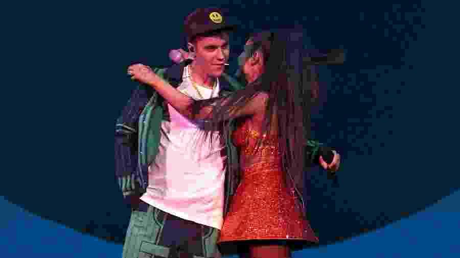 Justin Bieber e Ariana Grande se abraçam no palco do festival Coachella - Kevin Mazur/Getty Images for AG