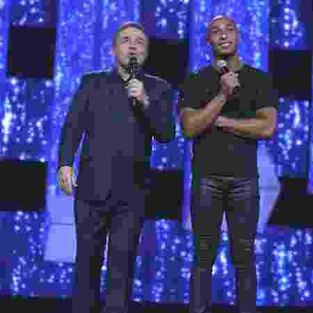 Pedro Roldan com o apresentador Gugu Liberato no programa Canta Comigo - Antonio Chahestian/Record TV