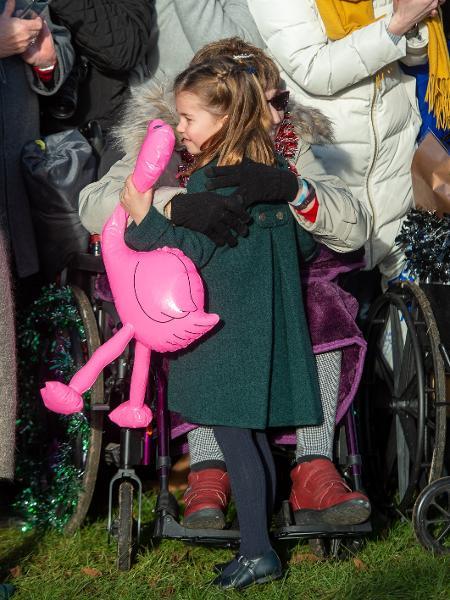 Princesa Charlotte abraça Gemma Clark em evento no dia de Natal - PA Images via Getty Images