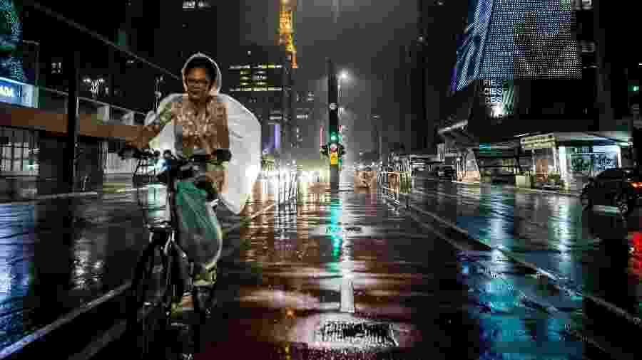 Ciclista enfrenta a chuva na ciclovia da avenida Paulista, em São Paulo - Bruno Santos/Folhapress