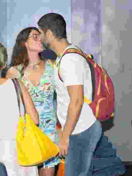 Carol Castro beija Bruno Cabrerizo em evento no Rio - DANIEL DELMIRO/AGNEWS