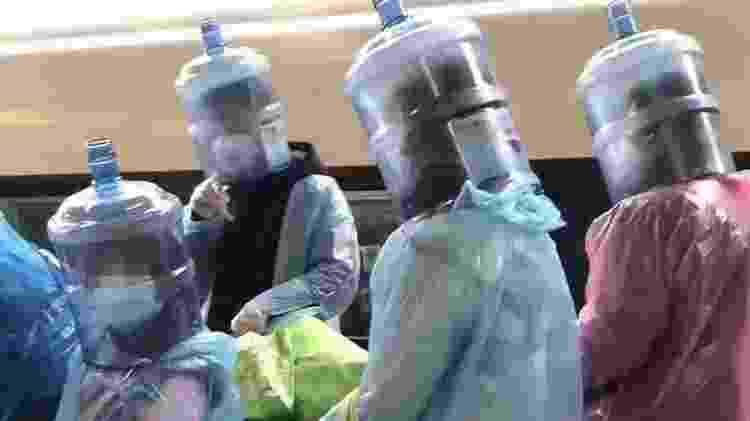 chineses com galões de água - Reprodução - Reprodução