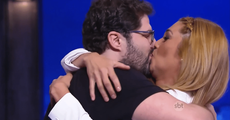 """2.jul.2015 - Marlei Cevada beija o marido, Maurício, após ser pedida em casamento no palco do """"The Noite"""", na noite desta quinta-feira. Os dois mantinham um relacionamento estável há 12 anos"""
