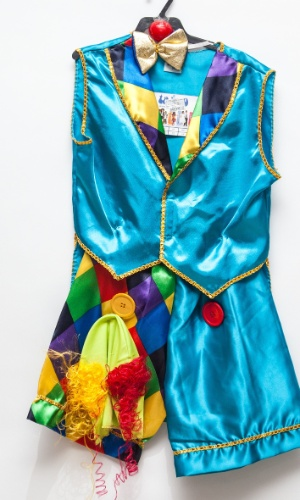 A fantasia de palhacinho custa R$ 50 na loja Brilhos e Fantasias (Ladeira Porto Geral, 127 - Centro - São Paulo)