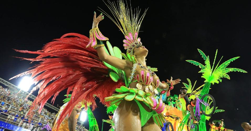 7.fev.2016 -  Integrante canta samba-enredo da União da Ilha, que desfilou na noite deste domingo