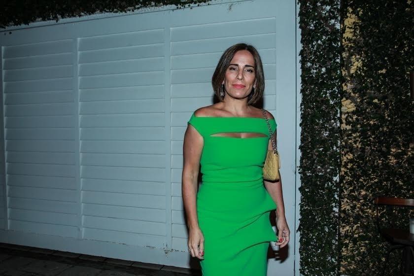 5.mar.2016 - De vestido verde, Gloria Pires vai ao casamento do ator Dudu Azevedo e Fernanda Mader, no Rio