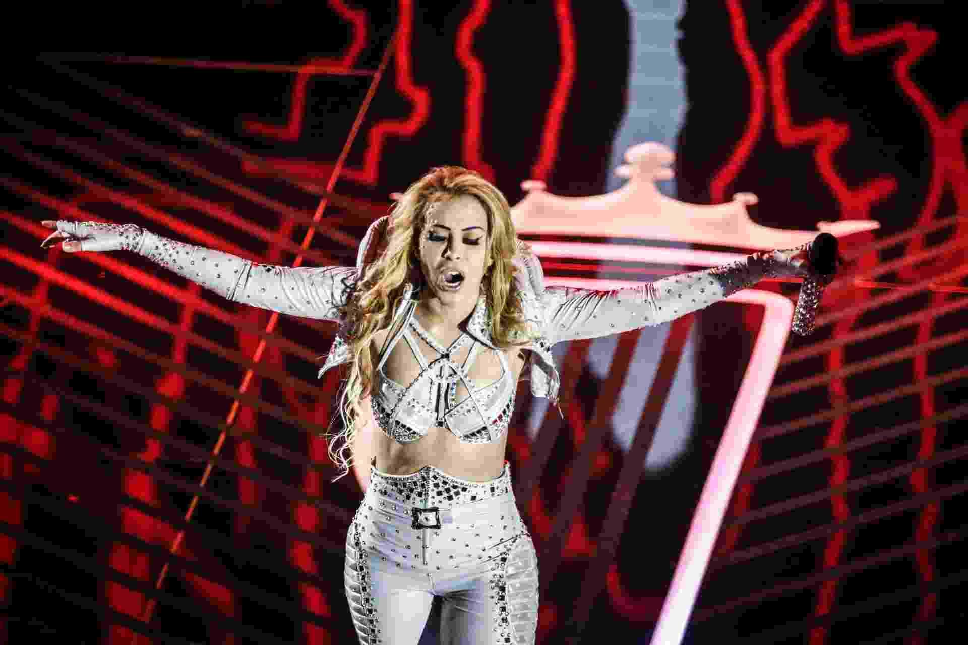 10.nov.2016 - Joelma foi ovacionada pelo público presente na gravação do primeiro DVD da sua carreira solo, em São Paulo. A cantora paraense chegou a ser comparada com Madonna pelos fãs - Lucas Lima/UOL
