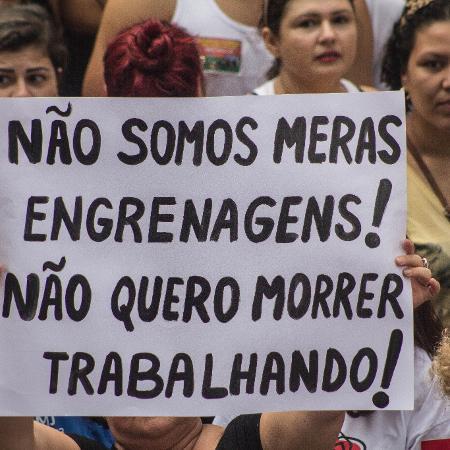 15.mar.2017 - Em passeata contra a reforma da Previdência realizada na avenida Paulista, em São Paulo, mulher exibe cartaz em protesto - Danilo Fernandes/Folhapress