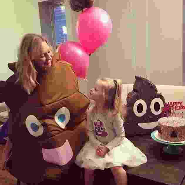 Audrey ao lado da mãe Rebecca durante a festinha de aniversário com o tema 'cocô' - Divulgação Rebecca